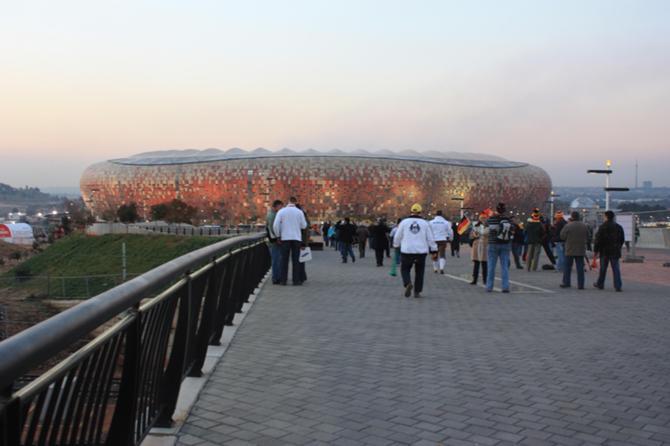 Стадион в Йоханнесбурге найти просто -- по пыли...