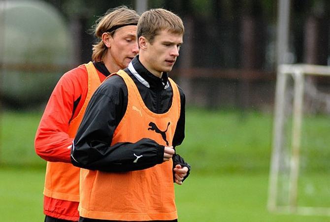 Михаил Сиваков и Павел Нехайчик готовятся к матчу против шотландцев.
