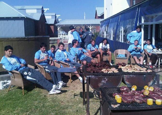 Между матчами уругвайцы культурно отдыхали.
