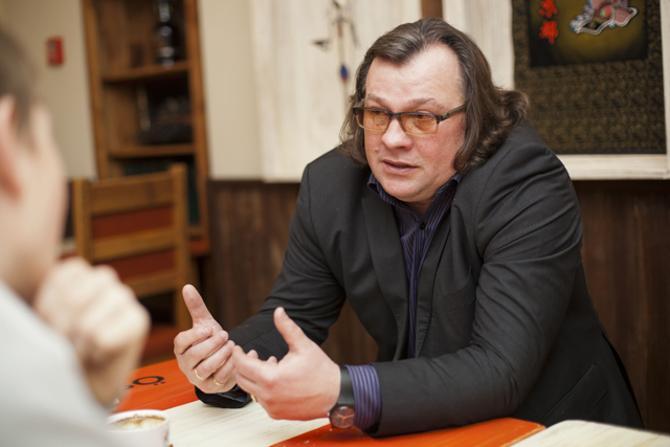 Игорь Ковалевич в футболистов бутсами не кидал, но газетой мог ударить