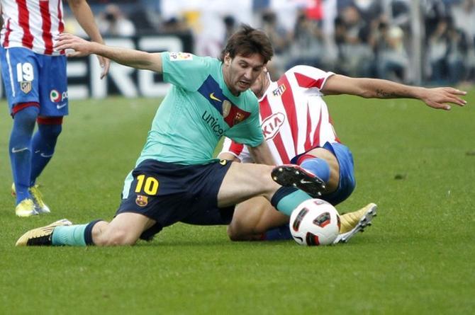 Лионель Месси в матче с «Атлетико» часто получал по ногам.