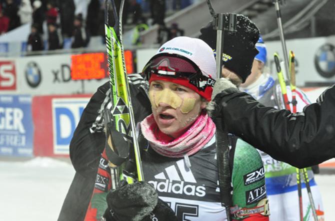 Чтобы не замерзнуть, на лицо Дарья Домрачева наклеила пластырь.