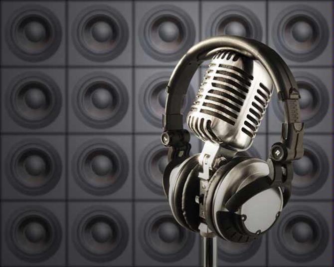 Пока наушники и микрофоны остаются без дела.