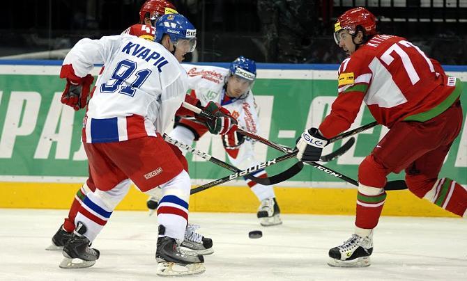 Александр Китаров (справа) был одним из лучших в составе белорусов в матчах с чехами.