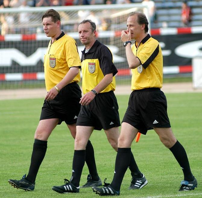 В центре -- Юрий Кунцевич, справа -- Андрей Чепа. Матч МТЗ-РИПО - Динамо Мн 1:0. Завершился скандалом, когда недовольного отменой своего гола Кисляка удалили.