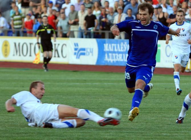 Бьет по воротам Игорь Зенькович без особых раздумий.
