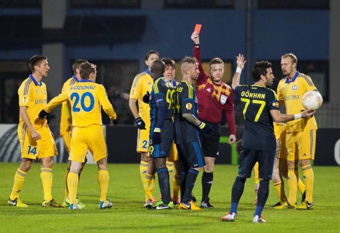 Рауль Мейрелеш так увлекся, лупя Александра Глеба по ногам, что доигрался до красной карточки