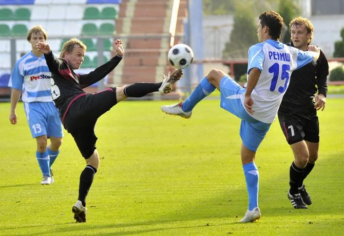 Александр Кобец борется с Дмитрием Рекишем