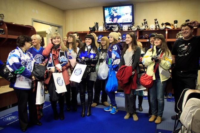 Кажется, девушки разобрались в хоккейных правилах и даже заставили улыбнуться Йере Каралахти