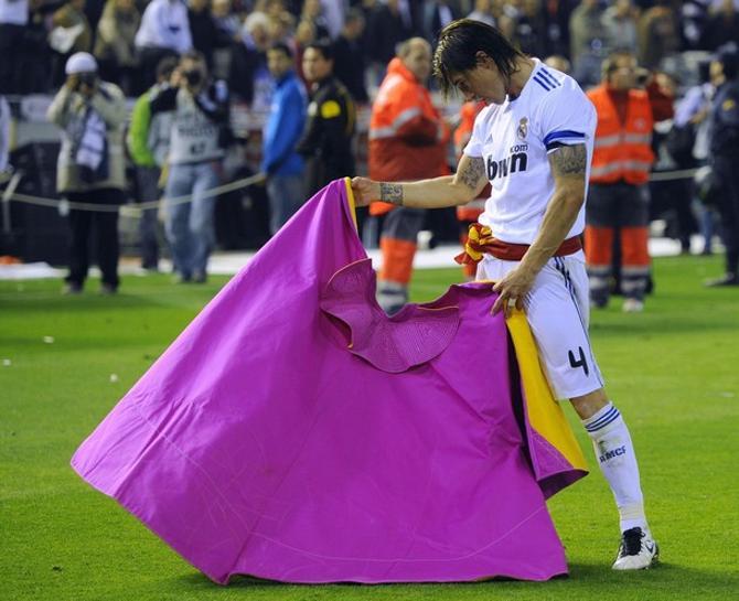 Серхио Рамос изображает из себя матадора.