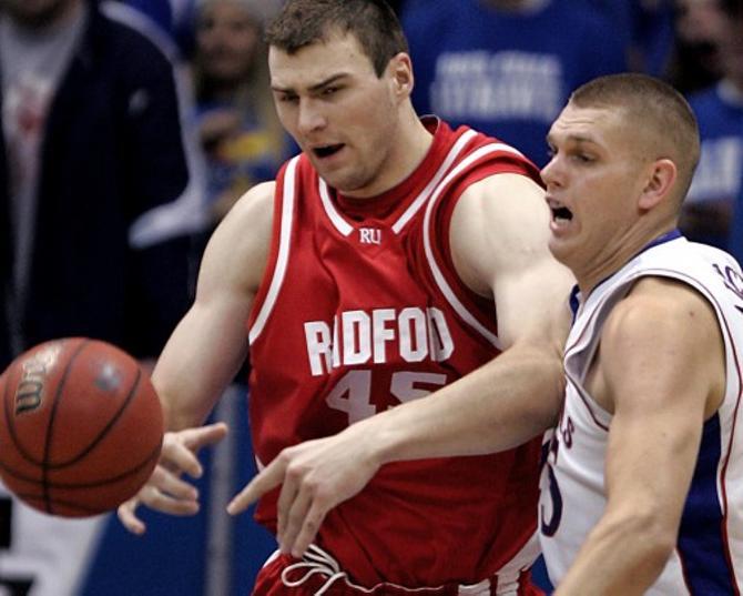 Артем Параховский (в красной майке) все внимание сконцентрировал на мяче