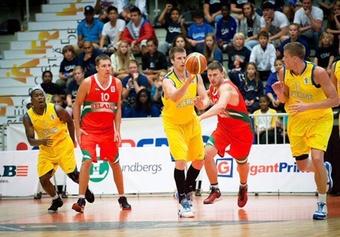 В Швеции белорусы то играли в баскетбол, то смотрели на то, как играет соперник.