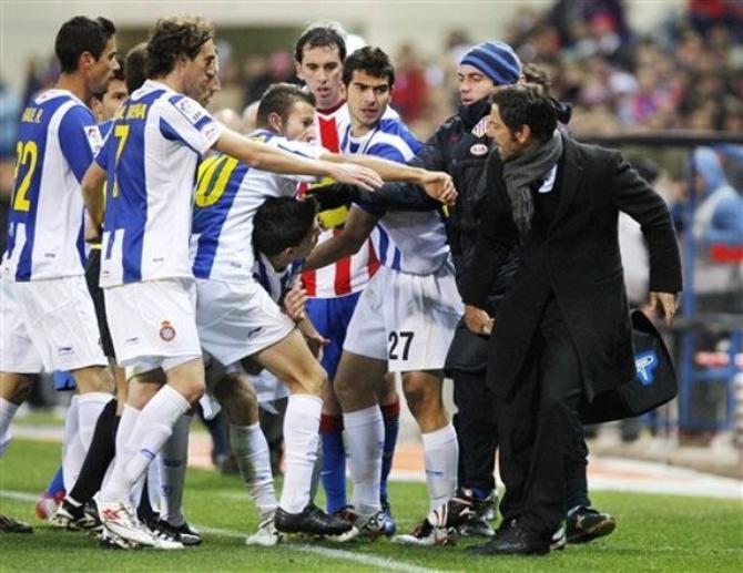 Кике Санчес Флорес пытался воспитать игроков соперника не словом, но делом