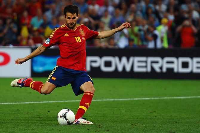 Точный 11-метровый Фабрегаса вывел Испанию в третий крупный финал подряд.