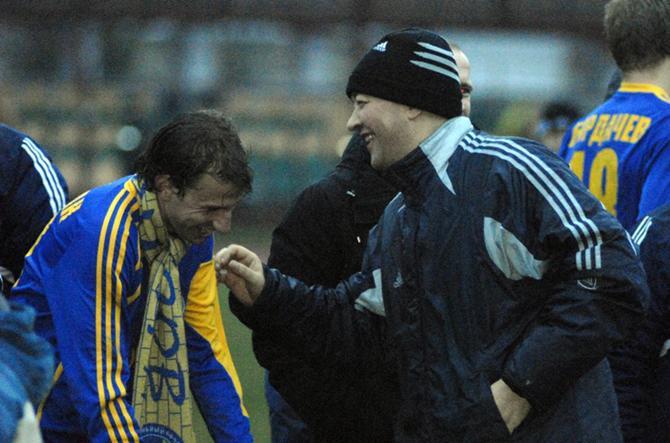 Ренан Брессан и Анатолий Капский радуются чемпионству: футболист - первому, а руководитель - седьмому.