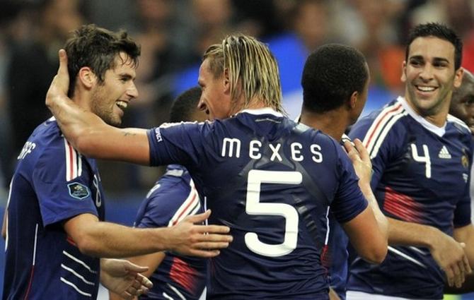 Мексес поздравляет Гуркюффа, который недавно вышел на поле и забил второй гол в ворота румын