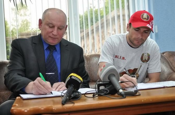 Белорусская сторона сразу дала понять Рафаэлю Пуаре, что показухи не будет. И контракт с тренером заключили просто в холле гостиницы