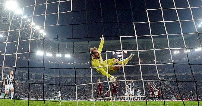 «Юве» заставил вратаря «Торино» летать.