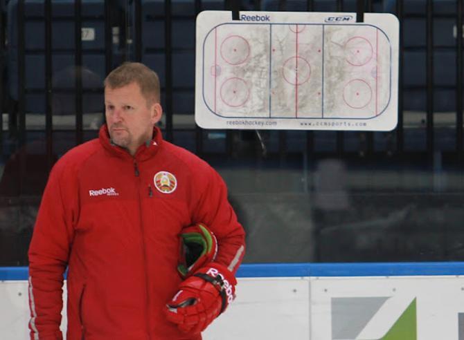 Кари Хейккиля не жалеет планшета, объясняя хоккеистам свои требования.