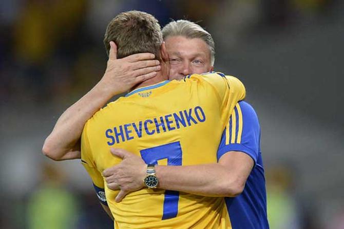 Олег Блохин поздравляет Андрея Шевченко с первой победой на Евро