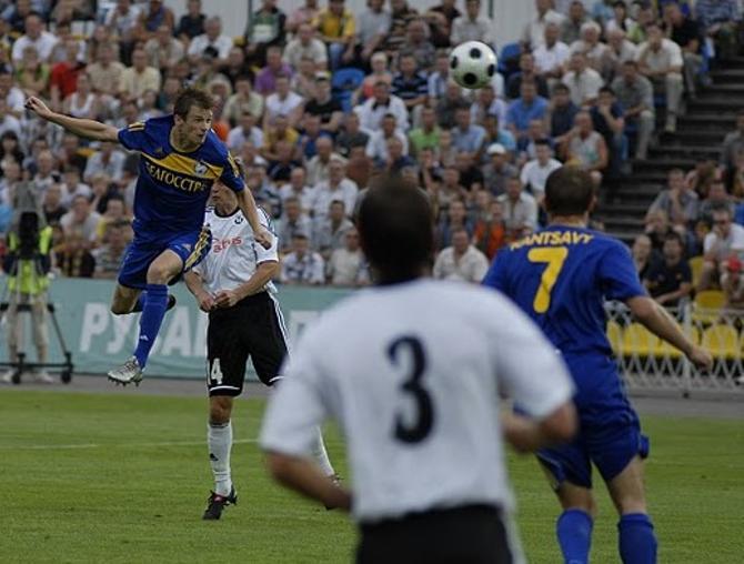 Павел Нехайчик забивает первый гол в ворота исландцев.