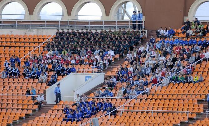 К сожалению, белорусской сборной приходится играть в убогом антураже