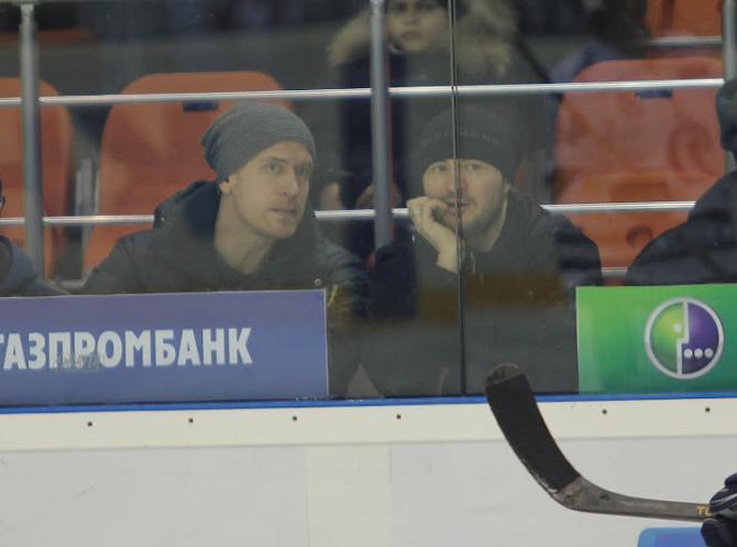 Андрей Мезин (на фото -- справа) вернулся на Родину