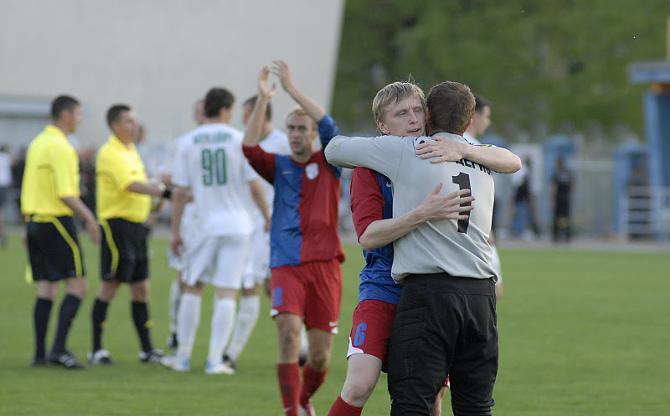 Андрей Разин пытался разобраться, почему в последних матчах сезона место в воротах потерял Симас Скиндерис.