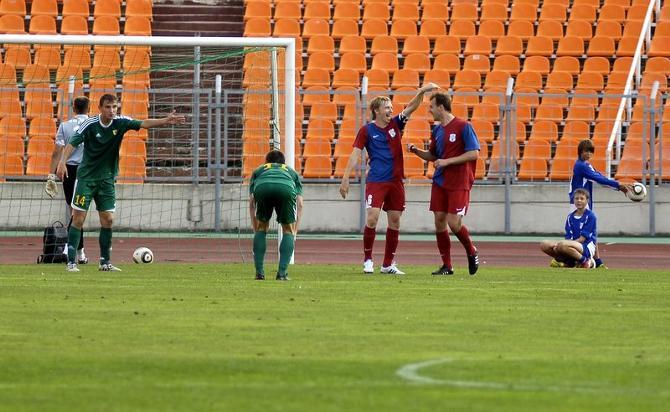 Андрей Разин поздравляет Андрея Шерякова с забитым голом.