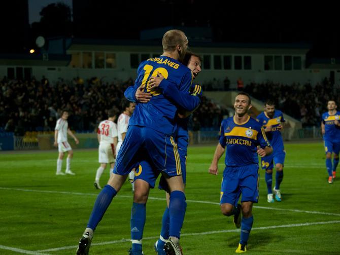 Максим Бордачев поздравляет Ренана Брессана со вторым голом.