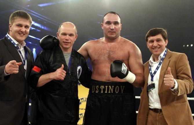 Владимир Задиран (второй слева) и его воспитанник Александр Устинов