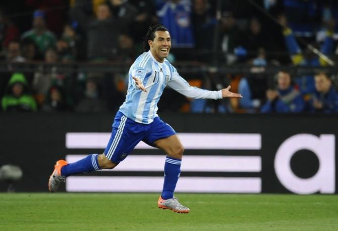 Один гол Карлос Тевес забил из офсайда, зато другой получился на загляденье.