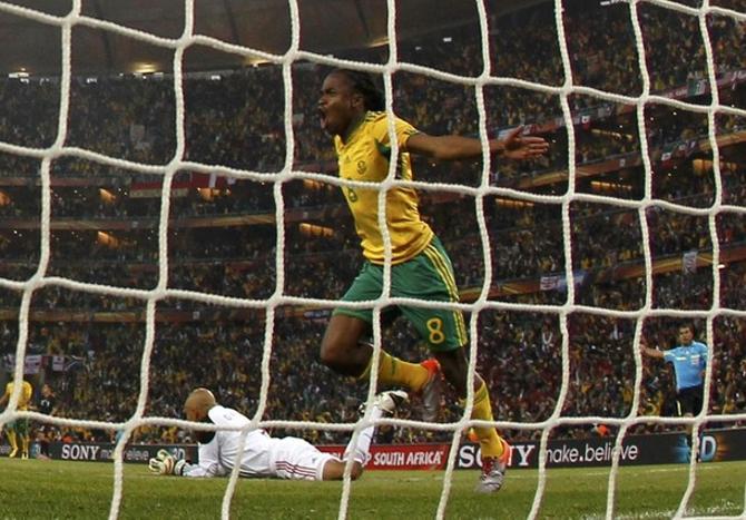 Автор первого гола ЧМ-2010 Сифиве Тшабалала.