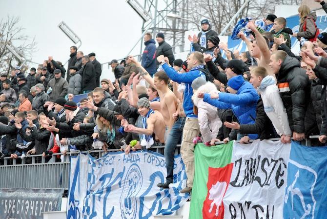 Брестские болельщики празднуют победу над чемпионом.