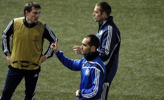 На футбольном поле испанский коуч может и подсказать, и показать