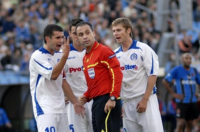Сергей Кисляк иностранных языков не знает, но с судьей общался весь матч.