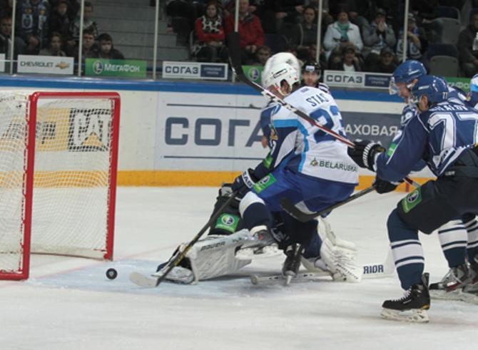 Андрей Стась забрасывает решающую шайбу в матче