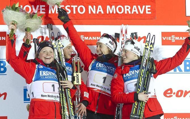 Счастливые норвежки на пьедестале не скрывали своих эмоций