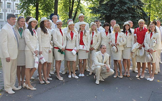 Облаченные в одинаковые парадные костюмы, белорусские олимпийцы уже успели прочувствовать настоящее единство