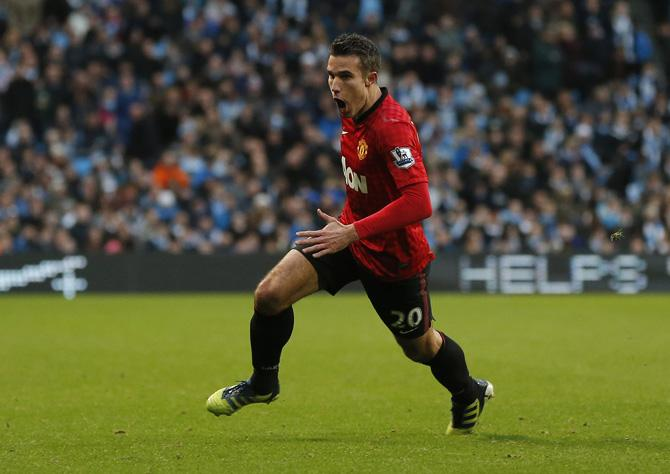 Робин ван Перси забил победный гол в дерби Манчестера.
