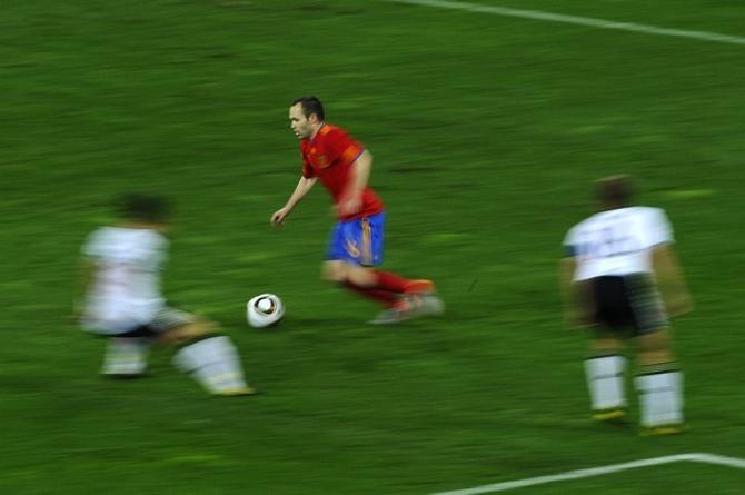 Андрес Иньеста - один из героев футбольного сезона.