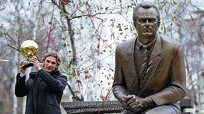 Золотой мяч для учителя: Андрей Шевченко у памятника Лобановского