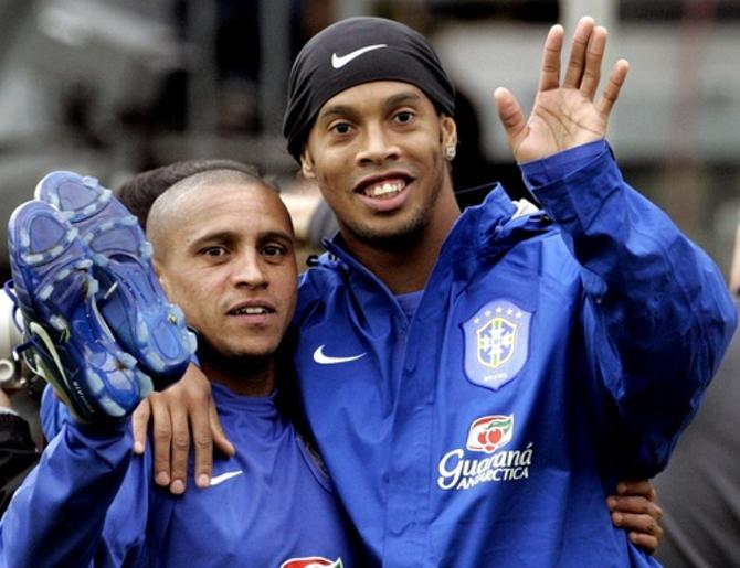 Когда-то Роберто Карлос и Роналдиньо вместе играли в сборной Бразилии.