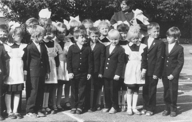 Блондин, стоящий пятым справа, — будущий капитан