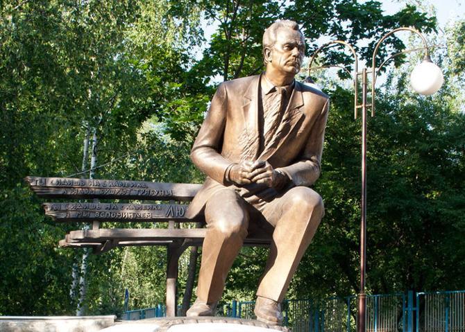 Памятник Валерию Лобановскому представляет собой высокотехнологичное сооружение