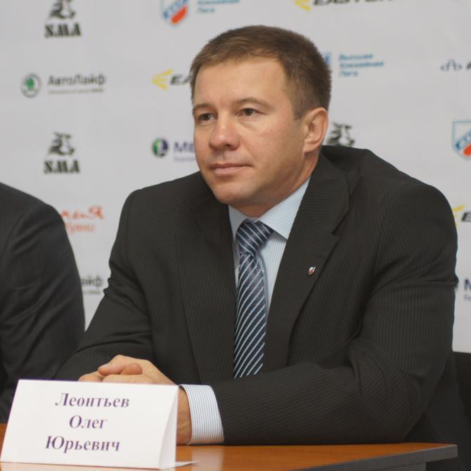 Олег Леонтьев сменил игровую форму на цивильный костюм тренера.