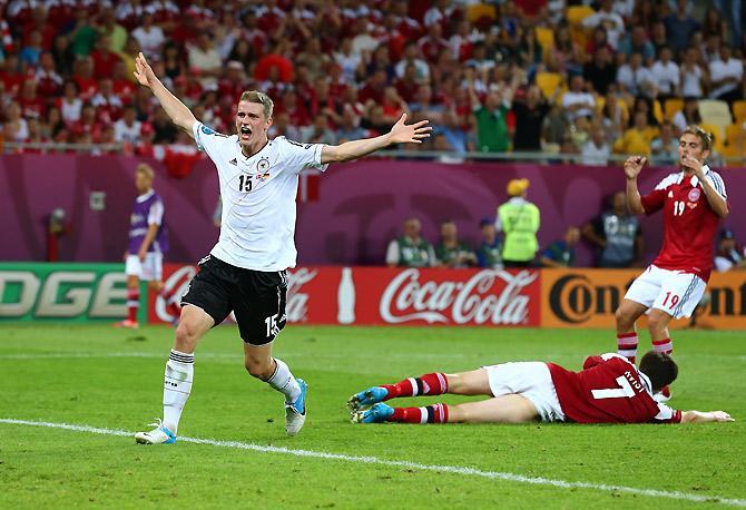 Ларс Бендер празднует свой дебютный гол за сборную