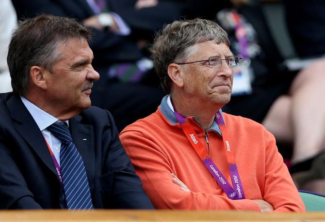Рене Фазель и Билл Гейтс наблюдают за теннисом.