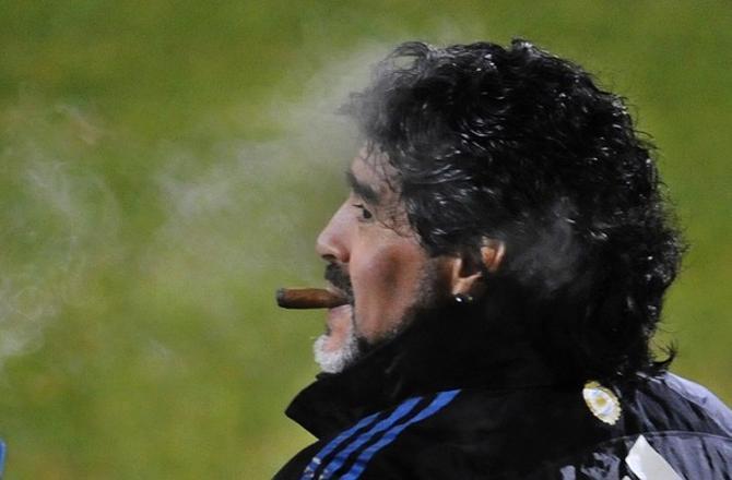 Пока что Марадона курит и не нервно, и не в сторонке