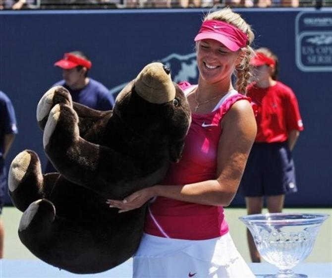 Вика и ее подарочный медведь